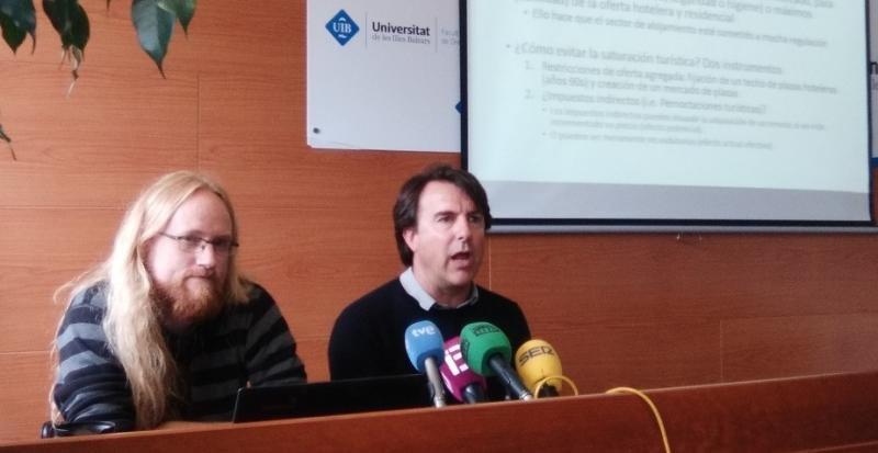Profesores William Nilsson y José Luis Groizard, del Departamento de Economía Aplicada de la Universitat de les Illes Balears (UIB).