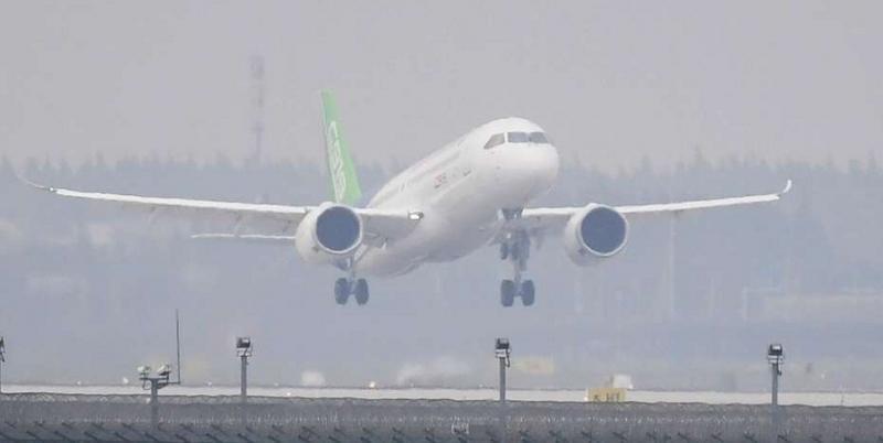 Vuelo inaugural del primer avión de pasajeros chino (Foto: AFP/ Greg Baker).