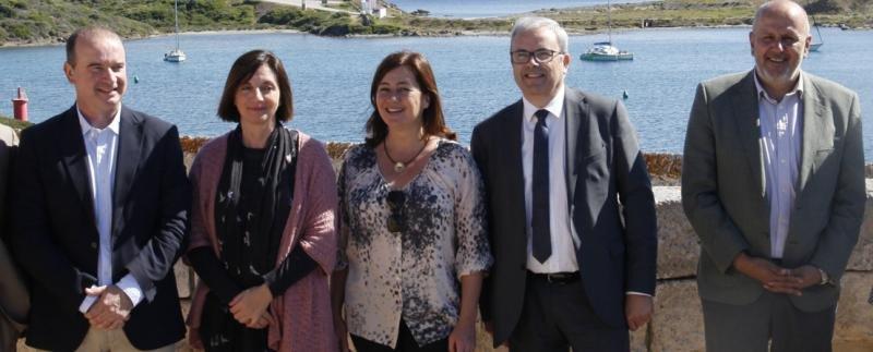 La presidenta del Govern de les Illes Balears, Francina Armengol, en el centro, durante un encuentro en Maó con la asistencia de los representantes institucionales de las islas de Mallorca, Menorca, Ibiza y Formentera.