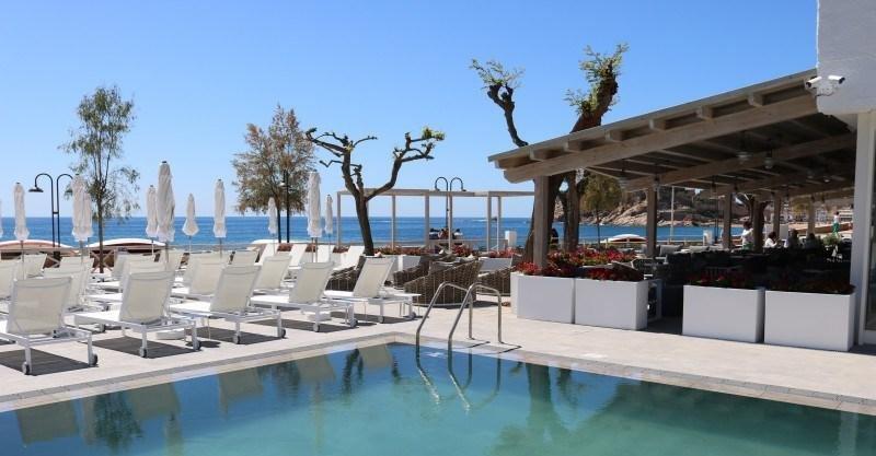 La terraza cuenta con vistas al castillo de Tossa y a la playa de la Mar Menuda.