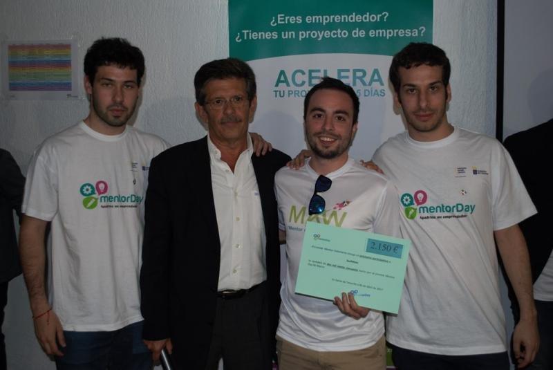 El viceconsejero de Empleo y Emprendeduría, Emilio Atienzar, hace entrega del premio a los tres emprendedores de Swiftflats.