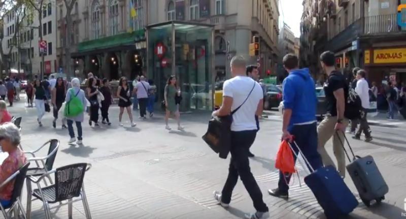Turistas llevando maletas en las Ramblas de Barcelona. Foto: Xavier Canalis