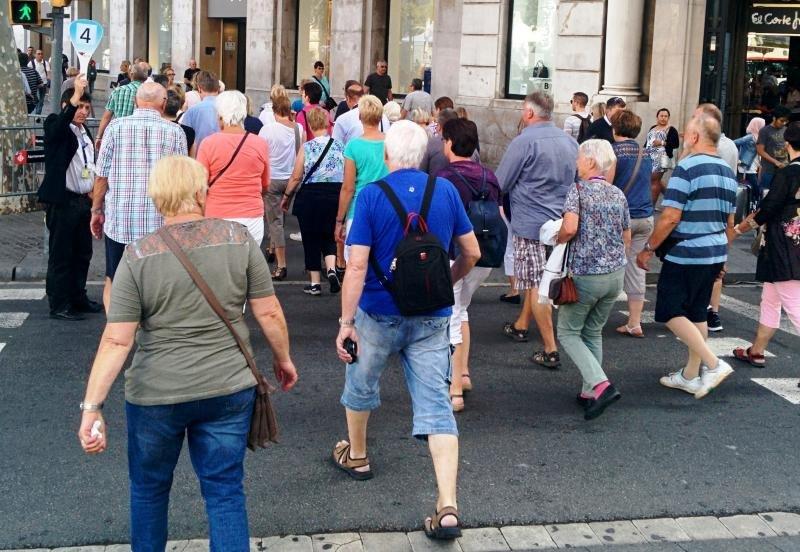 Un grupo de turistas, con su guía, en el centro de Barcelona. Foto: Xavier Canalis