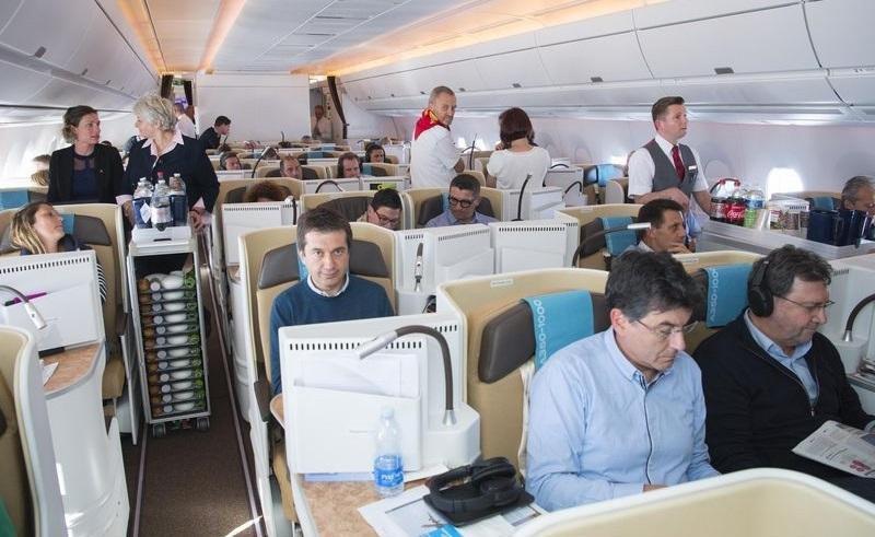 Empleados de Airbus actuaron de pasajeros para probar la experiencia de viaje en la innovadora cabina del A350-1000 durante un vuelo de largo radio.
