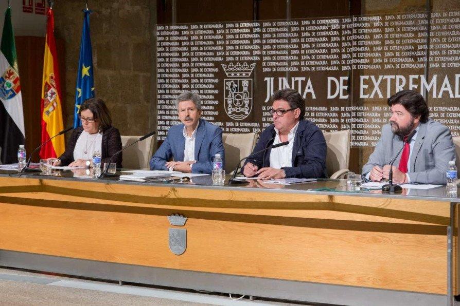 De izquierda a derecha: La secretaria general de UGT Extremadura, Patrocinio Sánchez, el consejero de Economía e Infraestructuras, José Luis Navarro; el secretario general de CCOO Extremadura, Julián Carretero, y el secretario general de la Confederación Regional de Empresarios de Extremadura (CREEX), Javier Peinado, firmaron el acuerdo en Mérida.