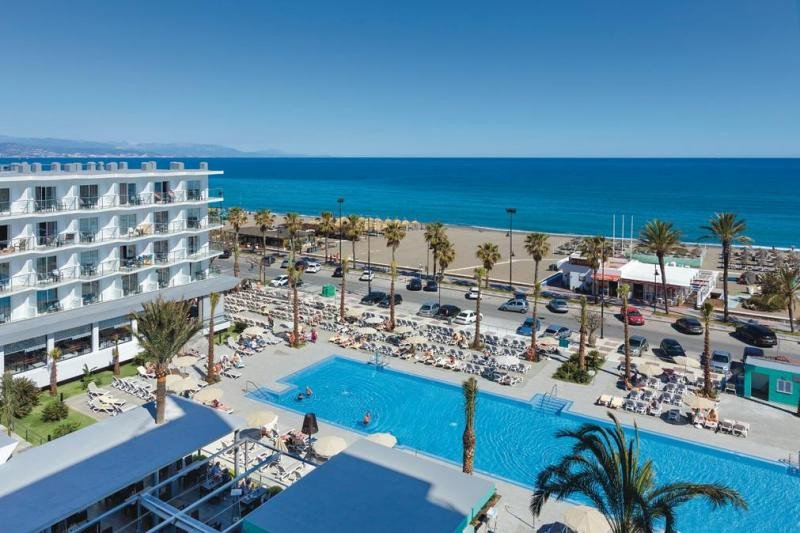 La reforma ha permitido al ClubHotel Riu Costa del Sol abrirse a la playa y al paseo marítimo de Torremolinos.