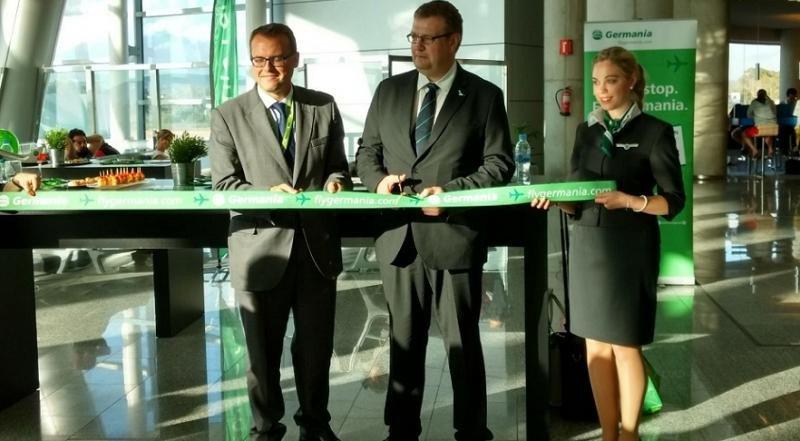 Al centro, Claus Altenburg, director de ventas y responsable del desarrollo de rutas de Germania.
