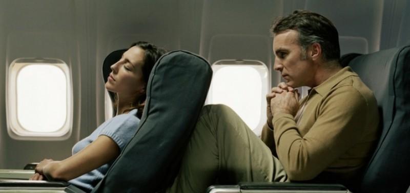 Un estudio propone cobrar en los aviones por reclinar el asiento