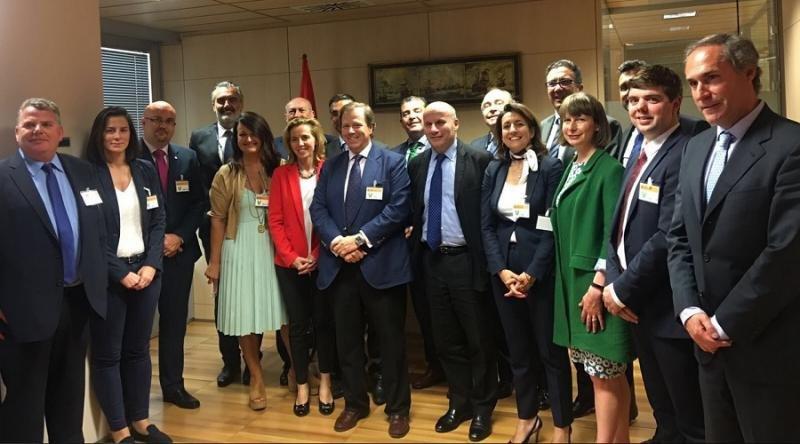 Representantes de CEHAT y las patronales de Mallorca, Canarias, Benidorm y la Costa Blanca se reunieron el lunes con la cúpula de ABTA