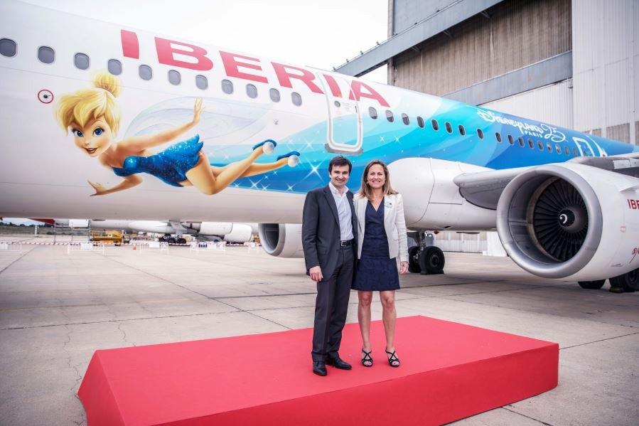Iberia ha vinilado un avión con la imagen de Campanilla por el 25 aniversario de Disneyland Paris. En la imagen, Marco Sansavini, director comercial de la aerolínea, y Laure Glatron, directora del parque para el sur de Europa.