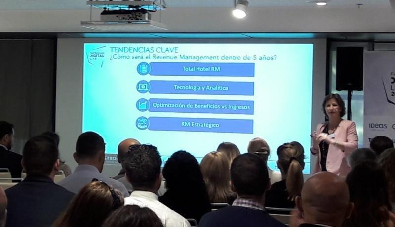 Patricia Diana, directora de Ventas de IDeaS Revenue Solutions para España y Portugal, durante su presentación en el Digital Lab de Fastbooking en Barcelona.
