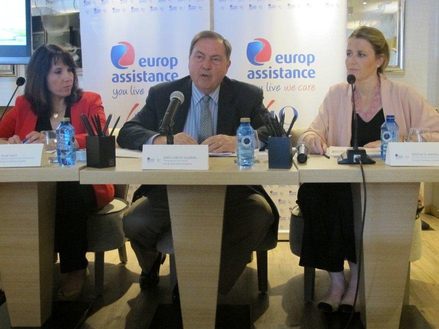 El consejero-director general de Europ Assistance España, Juan Carlos Guzmán, en el centro, junto a Pilar Nieto, directora comercial Travel Bussines Line, a su izquierda, y Verónica Herrando, directora comercial de la compañía.