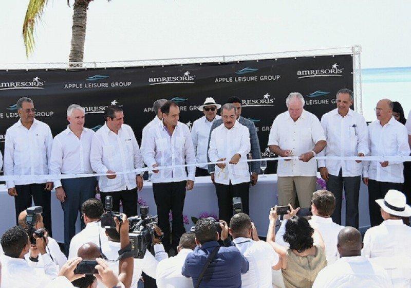 El presidente Danilo Medina corta la cinta inaugural del hotel Secrets Cap Cana, acompañado de John Hutchison, Simón Lizardo Mézquita, Gonzalo Castillo, Jeff Mullen, Francisco Javier García, Alejandro Zozaya, entre otros.