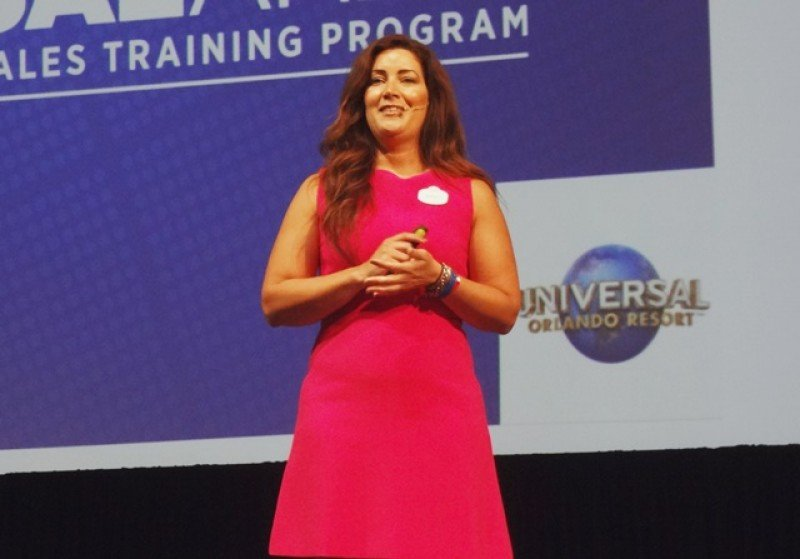 Mariale Ojeda exponiendo las novedades de Universal Orlando en el Markethub Americas.