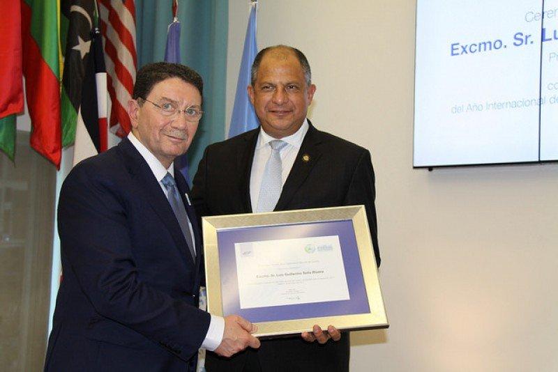 El secretario general de la OMT distinguió al presidente de Costa Rica.