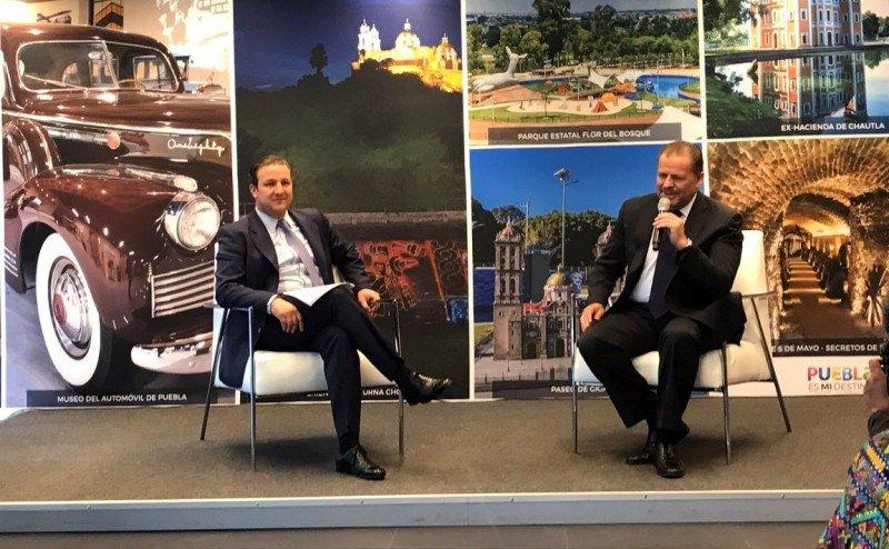 Gerardo Corona junto al secretario de turismo de Puebla, Roberto Trauwitz.