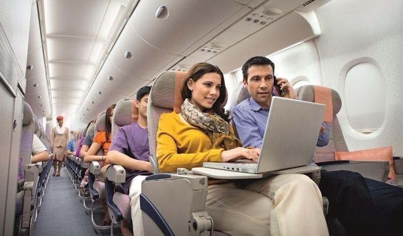 Emirates redujo frecuencias a EEUU debido a la prohibición de usar aparatos electrónicos, lo que hizo crecer la desconfianza y redujo la demanda.
