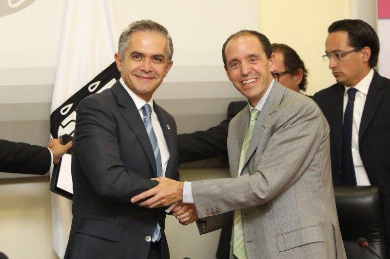 El jefe de gobierno de Ciudad de México y Chris Lehane, de Airbnb, firmaron el acuerdo. Foto: @ManceraMiguelMX