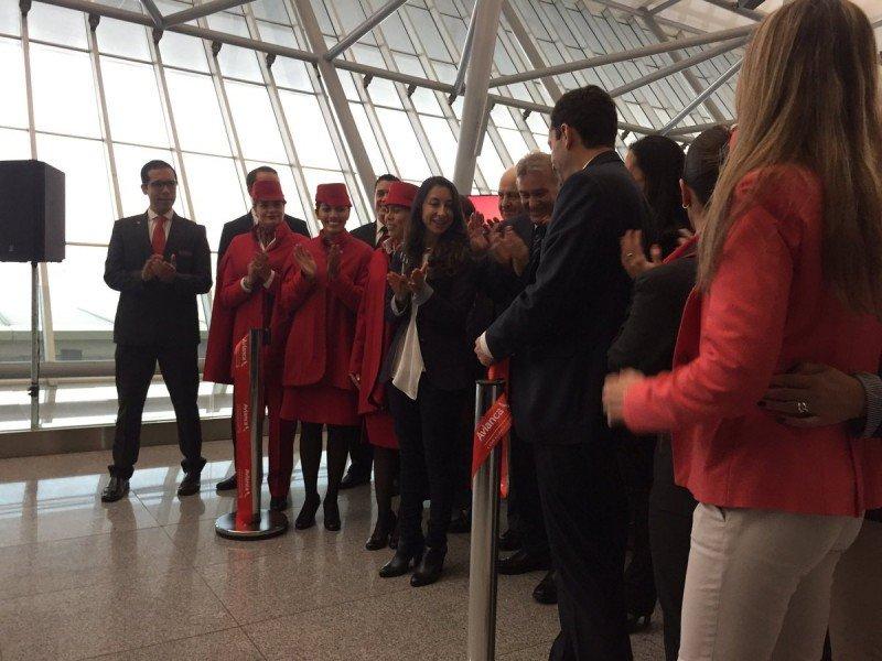 La tripulación y autoridades de Avianca fueron recibidas en el aeropuerto de Carrasco. Foto: Quatromanos