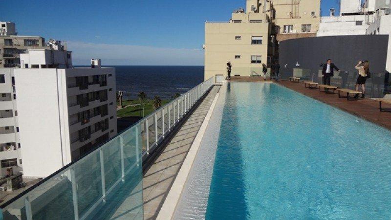 Infinity pool en el piso 7 del hotel de Punta Carretas, a metros de la rambla.
