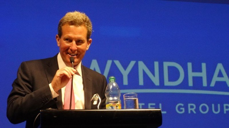 El presidente y CEO de Wyndham, Geoff Ballotti, en la inauguración en Montevideo.