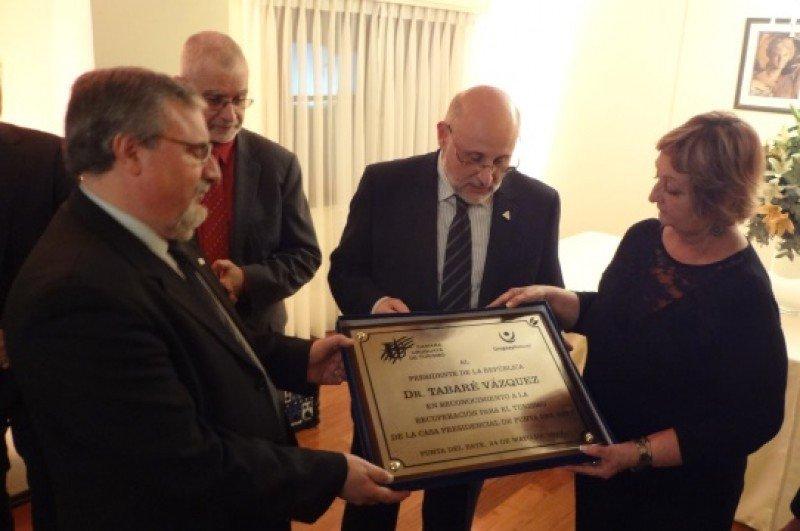 La Cámara Uruguaya de Turismo reconoció a Tabaré Vázquez por 'la recuperación para el turismo' de la residencia presidencial de Punta del Este.
