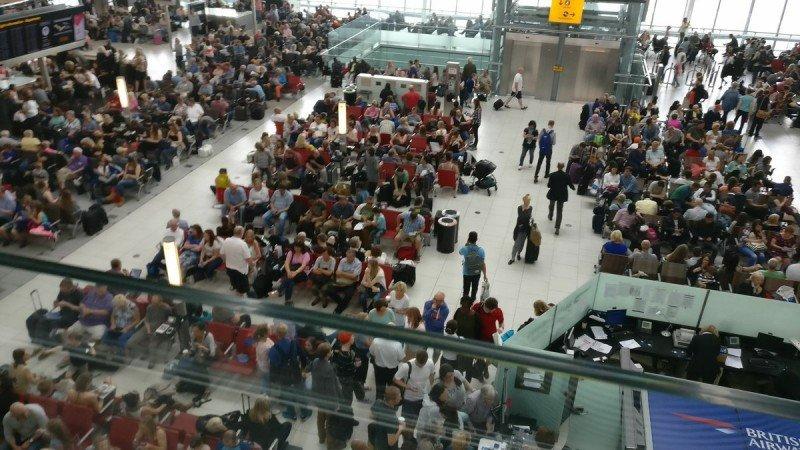 Pasajeros aguardando en el aeropuerto de Heathrow este sábado. Foto: @beausimon