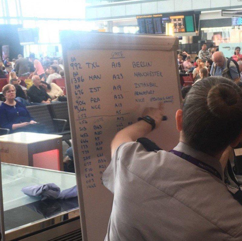 Funcionarios sustituyeron computadoras por pizarrones en Heathrow. Foto: @martgenia
