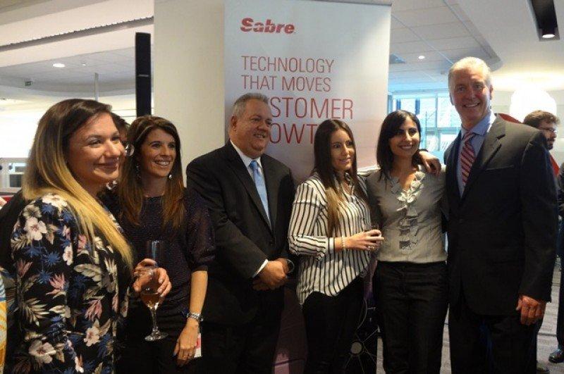 Alfred De Cárdenas y Jay Jones junto a colaboradoras de Sabre en Montevideo. Foto: J. Lyonnet