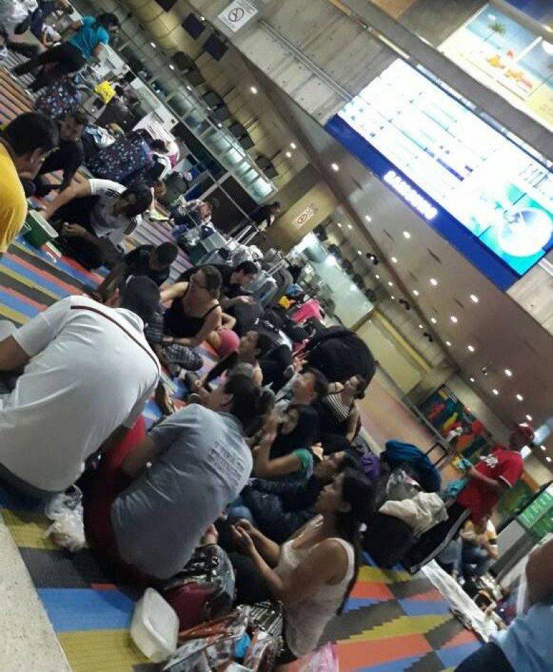 Pasajeros de Conviasa esperan respuestas en el aeropuerto de Maiquetía. Foto: @danielgcolina