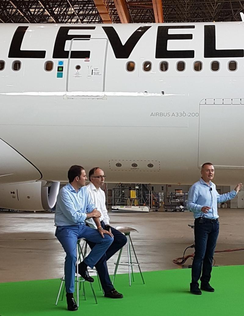 De Izq a Da., Javier Sánchez-Prieto, presidente y CEO de Vueling; Luis Gallego, presidente y CEO de Iberia; y Willie Walsh, CEO de IAG (Foto: Xavi Canalis).