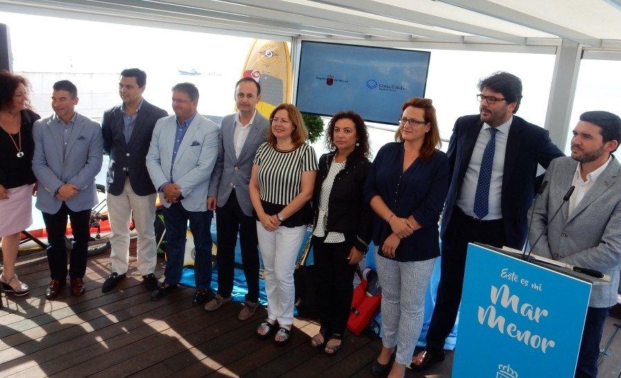 Javier Celdrán, el nuevo consejero de Turismo, Cultura y Medio Ambiente de la Región de Murcia -quinto desde el lado izquierdo-, participó ayer en la presentación de la campaña.