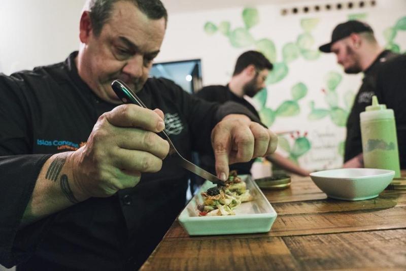 Los chefs Benito Álvarez (en la imagen) y Safe Cruz fueron los artífices de la original propuesta de gastronomía canaria en la presentación en Madrid.