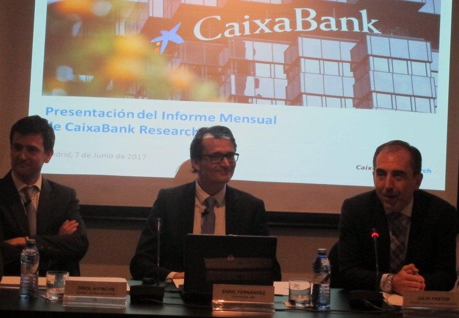 Enric Fernández, economista jefe de CaixaBank Research, en el centro de la imagen.