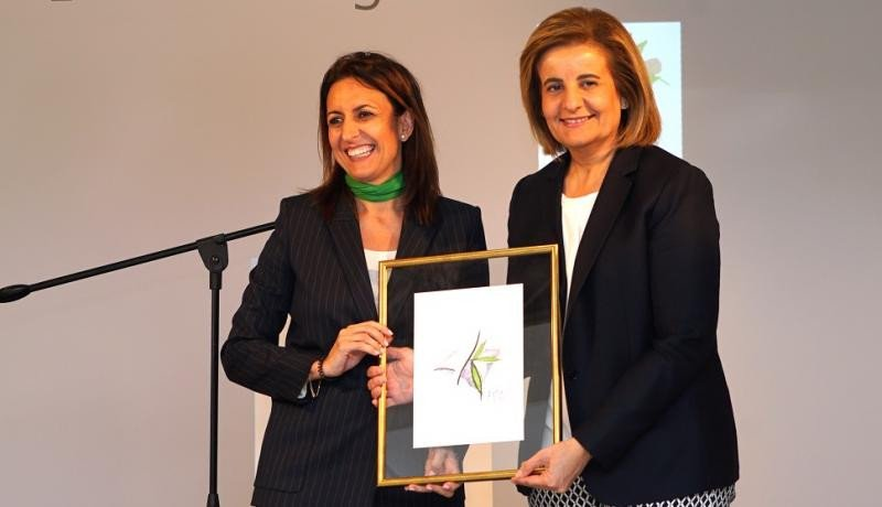 (Izq. a Da.) Inmaculada de Benito, acompañada de la ministra Fátima Báñez, presenta el nuevo logo de la FEHM.