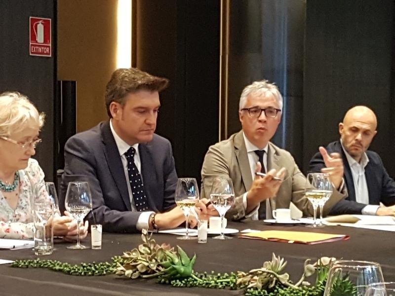 Octavi Bono, con gafas, durante su participación en el encuentro organizado por la Asociación Catalana de Profesionales del Turismo.