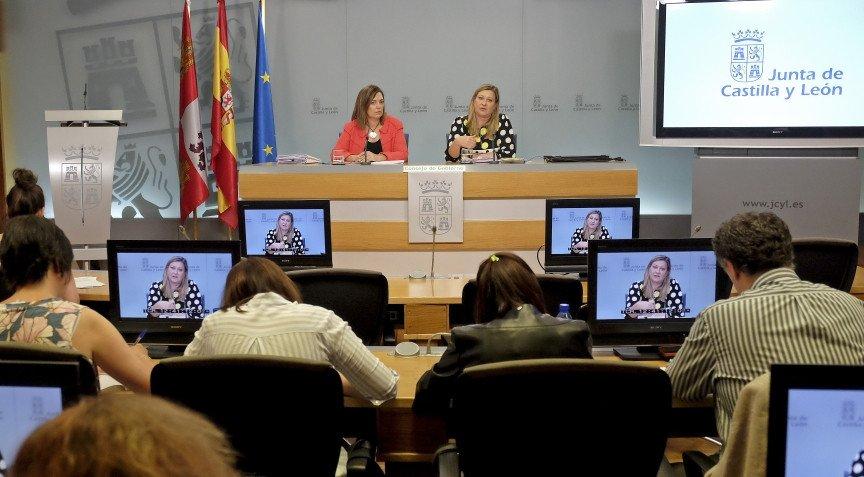 La portavoz del Ejecutivo regional, Milagros Marcos, a la izquierda, en la rueda de prensa posterior al Consejo de Gobierno.