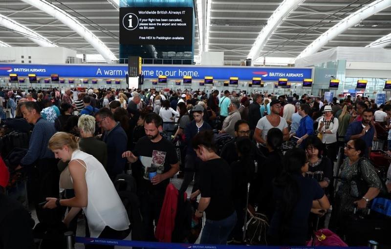 Pasajeros en el Aeropuerto de Londres Heathrow afectados por las cancelaciones de vuelos (Foto: Reuters):