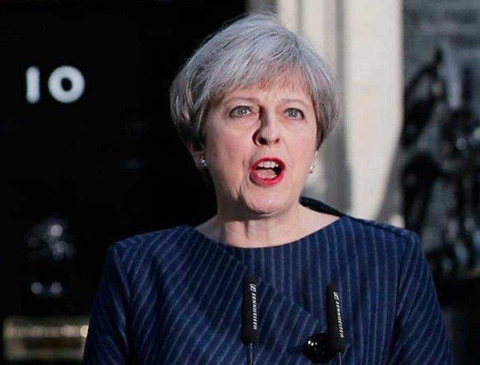 Theresa May, ante su residencia oficial del 10 de Downing Street.