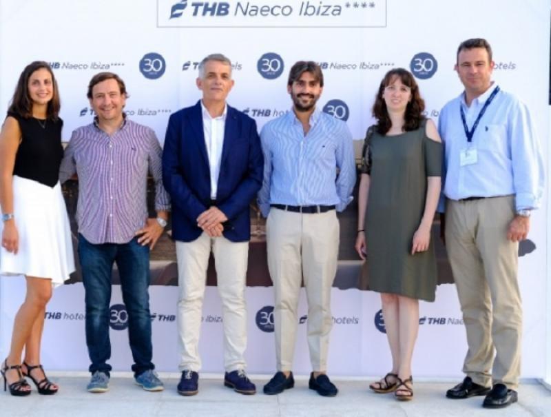 El equipo directivo de THB hotels acompañados del director insular del Consell de Ibiza en un nomento de la inauguración