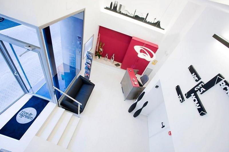 El hotel está ubicado en un edificio de nueva construcción inaugurado en 2010 en Sants, uno de los barrios mejor comunicados de la ciudad.