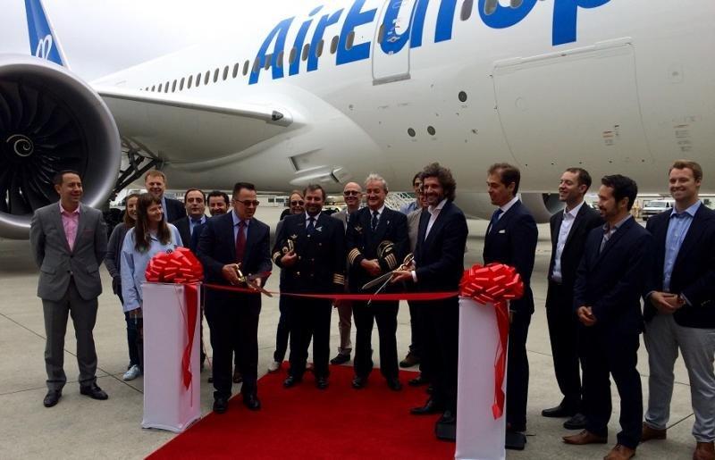 La delegación de Globalia y Air Europa, encabezada por el director general del grupo, Pedro Serrahima, junto a directivos de Boeing en el acto de entrega de la aeronave.