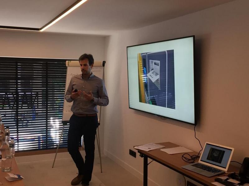 Let's Park es un sistema que automatiza el proceso de pago de las estancias en aparcamientos cubiertos con una aplicación móvil. En la imagen, su presentación.