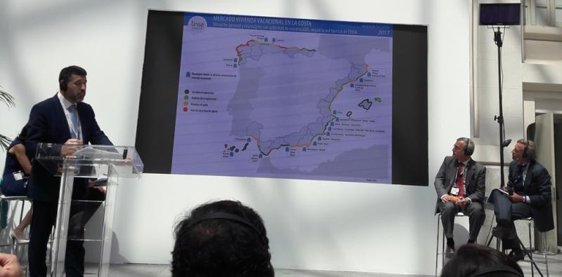 Pedro Soria, de Tinsa, ante el mapa de la situación actual de la vivienda en costa, desde los destinos en clara recuperación (en verde oscuro) hasta los que se encuentran en clara fase de ajuste (en rojo).
