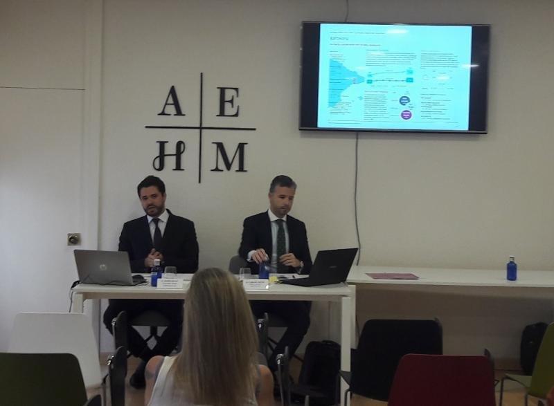 De izq. a dcha, Xavier Batlle, consultor senior de Christie Co; y Carlos Nieto, su director asociado, en la presentación del estudio en la sede de la AEHM (Asociación Empresarial Hotelera de Madrid).