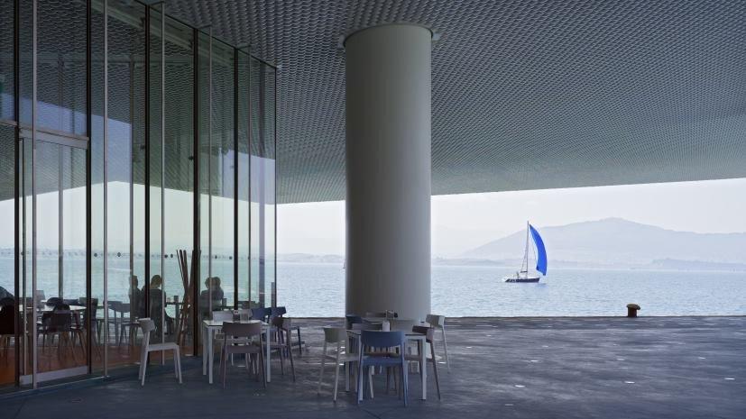 El edificio está situado en voladizo sobre el mar.