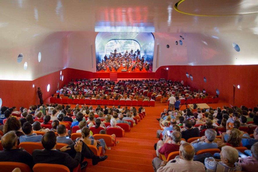 El auditorio tiene capacidad para 800 personas.