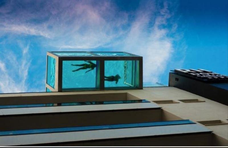 Imagen de la piscina desde la calle.