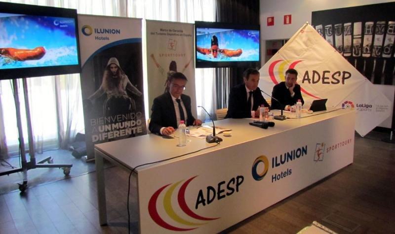 De izq. a dcha., José Hidalgo, presidente de ADESP, José Ángel Preciados, director general de Ilunion Hotels, y Antonio José García, CEO de Sporttoury.