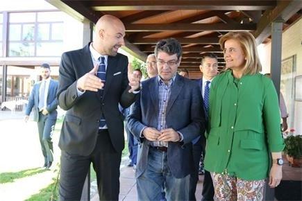 Nadal ha visitado hoy el Parador de Mazagón (Huelva), acompañado por la ministra de Empleo, Fátima Báñez.